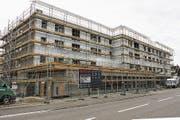 Noch ist der Eschliker «Lindenacker» eine Baustelle. Ende Jahr zieht hier - unter anderen – die Raiffeisen ein. (Bild: PD)