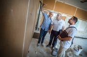Schulleiter Michele Miani, Vizeschulpräsident Markus Blättler und Architekt Salvatore Bisignano diskutieren über Korkwände im Schulhaus Schreiber. (Bild: Andrea Stalder)