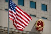 Die amerikanische Flagge vor einem Gebäude in Beijing (Bild: AP Photo/Mark Schiefelbein, Pool, 27. Juni 2018)
