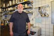 In der Küche des Restaurant Toggistübli bereitet Hugo Müller täglich die Speisen für den Mahlzeitendienst zu. (Bild: Gianni Amstutz)