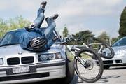 Ein 68-jähriger E-Bike Fahrer wurde am Mittwoch in Gossau verletzt. (Symbolbild: Keystone/Jean-Christophe Bott)