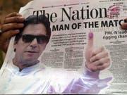 Oppositionskandidat Imran Khan ist zufrieden mit der Parlamentswahl in Pakistan - er hat sich zum Wahlsieger erklärt. (Bild: KEYSTONE/EPA/REHAN KHAN)