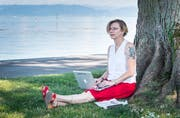Bei schönen Wetter schreibt Joanna Rutko-Seitler auch gerne im Freien. (Bild: Andrea Stalder)