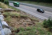 Wie das beschädigte Autobahnbord provisorisch saniert wird, ist derzeit noch Gegenstand technischer und ökonomischer Abklärungen. (Bilder: Hans Suter)