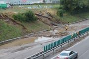 Sonntag, 15. Juli, 19.30 Uhr: Die Autobahn A1 in Fahrtrichtung Zürich ist verschüttet und nicht mehr passierbar. (Bild: Andrea Häusler)
