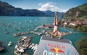 2009 gastierten die Red Bull Cliff Diving World Series erstmals in Sisikon, und er Event wurde zu einem vollen Erfolg. Rund 5000 Zuschauer reisten damals ins kleine Dorf am Urnersee. (Bild: PD)