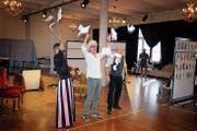 So fängt die «Fledermaus» an: Dr. Blind (Stefan Kurt, Mitte) hat gerade Gabriel von Eisensteins (Tobias Bonn, rechts) Prozess verloren. Seine Gemahlin Rosalinde (Christoph Marti) bedauert das nur zum Schein. (Bild: Fokke Hoekmann)