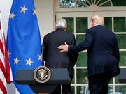 Die Chemie zwischen den beiden Männern stimmt: EU-Kommissionspräsident Jean-Claude Juncker (links) und US-Präsident Donald Trump haben sich im Handelsstreit überraschend geeinigt. Doch bleiben Fragen offen - etwa bei der Zusicherung der EU, mehr Soja und Flüssiggas aus den USA zu importieren. (Bild: KEYSTONE/AP/ALEX BRANDON)
