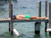 Hitzewelle erwartet: Eine Abkühlung dürften Badeseen und Flüsse bieten, wie etwa hier der Zürichsee. (Bild: KEYSTONE/WALTER BIERI)