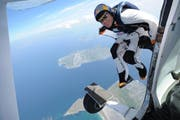 Nach einem Flug über den Churfirsten stürzte ein Wingsuitpilot ab und starb. (Symbolbild: Andrew Downes/key)