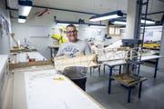 Pascal Meyer, Präsident der Modellfluggruppe Hüswil, zeigt sein neuestes Projekt im Vereinslokal: der Spacewalker II. (Bild: Manuela Jans-Koch, Zell, 19. Juli 2018)