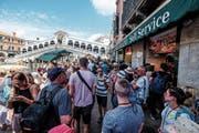 Reisen ist zu einem Massenphänomen geworden: Touristen bei der Rialto-Brücke in Venedig. (Bild: Stefano Mazzola/Getty)