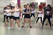 Tanzlehrerin Vanessa Sicher brachte den fremdsprachigen Kindern im Rahmen des Integrationsprojekts innert kurzer Zeit einige Hip-Hop Tänze bei. (Bild: Paul Gwerder, Altdorf, 27. Juli 2018)