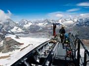 In luftiger Höhe: Ein Bauarbeiter installiert ein Kabel der neuen Dreiseilumlaufbahn auf das Klein Matterhorn. (Bild: Keystone/JEAN-CHRISTOPHE BOTT)