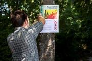 Tafeln weisen auf das Feuerverbot im Wald hin. (Bild: KEY/Alexandra Wey)