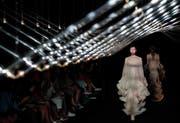 Die neue Kollektion Syntopia wurde an der Fashion Week in Paris präsentiert. (Bild: Ian Langsdon/EPA)