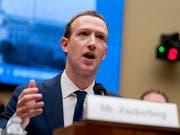 Nach dem Kurssturz der Facebook-Aktie hat Unternehmenschef Mark Zuckerberg die Klage mindestens eines Anlegers am Hals. (Bild: KEYSTONE/AP/ANDREW HARNIK)