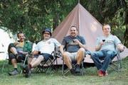 Von links: Michael Arnold, Philipp Walker, Markus Walker und Alexander Egli geniessen das Lagerleben. (Bild: Remo Infanger, Oberwald, 25. Juli 2018)
