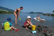 Nicole Sterchi geniesst mit ihren Kindern Andrin (links) und Alina das Strandbad Stansstad. (Bild: Corinne Glanzmann 25. Juli 2018))