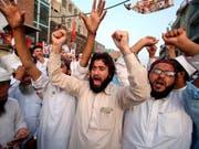Anhänger aus verschiedenen pakistanischen Parteien protestieren in Peschawar gegen das offizielle Wahlergebnis. (Bild: KEYSTONE/AP/MUHAMMAD SAJJAD)
