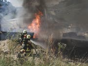 Rund hundert Einsatzkräfte bekämpften am Freitag den Brand in einer Gewerbehalle im bernischen Bigenthal. Im Gebäude war es zu Explosionen gekommen. (Bild: Kantonspolizei Bern)