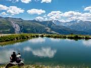 Wer sich in der aktuellen Hitze abkühlen will, geht am besten in die Höhe und nimmt ein Bad in einem Alpsee. (Bild: Keystone/WALTER BIERI)