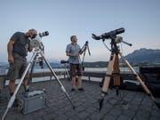Warten auf den seltenen und grossen Moment am Quai in Luzern. Hobby-Astronomen haben ihre Geräte in Schussposition gebracht. (Bild: Urs Flüeler / Keystone (Luzern, 27. Juli 2018))