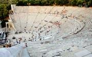 Touristen besuchen das 2'350 Jahre alte Theater Epidauros. (Bild: Vangelis Bougiotis/AP)