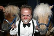Markus Wetzel alias Knie-Clown Spidi mit zwei Ponys auf einer Aufnahme von 2005 (Bild: Archiv LZ)