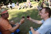 Kurt Gisler (links) und Alex Egli stossen bei der Weindegustation mit einer Walliser Perle an. (Bild: Remo Infanger)