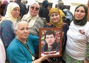 Fünf Schwestern fordern Gerechtigkeit für ihren Bruder. Rachid Chammakhi wurde 1991 von der tunesischen Nationalgarde zu Tode gefoltert. (Bild: Katharina Eglau (Nabeul, 29. Juni 2018))