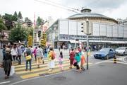 Beim Fussgängerstreifen am Löwenplatz kommt es regelmässig zu heiklen Situationen. (Bild: Roger Grütter (Luzern, 21. Juli 2018))
