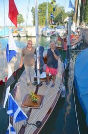 Voreigner Thomas Grimm und der heutige Besitzer Christian Brönimann an Deck der «Orion». (Bild: Margrith Pfister-Kübler)