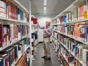 Die zehn angebotsstärksten Schweizer Bibliotheken - im Bild die Zentral- und Hochschulbibliothek Luzern (Platz 9) - haben zusammen 57 Millionen Medientitel im Sortiment. Am stärksten wächst das digitale Segment, auch hinsichtlich der Kosten. (Bild: KEYSTONE/CHRISTOF SCHUERPF)