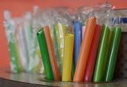 Plastikröhrli gehören in der Gastronomie dazu. Beizer aus Rorschach würden aber auf eine Alternative zurückgreifen. (AP Photo/Jeff Chiu)