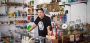 Markus Hauser hinter dem Tresen seines neu eröffneten Ladens. (Bild: Reto Martin)