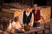 Simon Pfiffner (Zweiter von rechts) kann dank der Rolle des Krabat in einem professionellen Theater mitwirken. (Bild: Christian Regg)