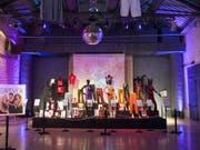 Bühnenkostüme der Spice Girls sind bis 20. August in der Ausstellung «Spiceup» in London zu sehen. (Bild: Keystone/Yiorgos Eressios)