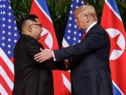 Der nordkoreanische Diktator Kim Jong Un hat die Überreste von im Korea-Krieg getöteten US-Soldaten an die USA gegeben, wie er es beim Treffen mit US-Präsident Donald Trump im Juni versprochen hatte. (Bild: KEYSTONE/AP/EVAN VUCCI)