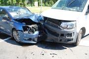 Die Kollision war heftig, wie das Foto zeigt. Die Lenkerin des Personenwagens wurde verletzt (Bild: Luzerner Polizei)