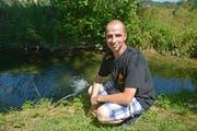 Michael Guhl lässt über längere Zeit Wasser aus einem Schlauch in den Giessen fliessen um den Fischen das Überleben zu ermöglichen. (Bild: Mario Testa)