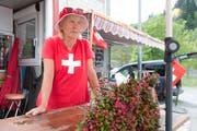 Christine Walker an ihrem Verkaufsstand in der Nähe des Kreisels Göschenen. (Bild: Christof Hirtler (19. Juli 2018)