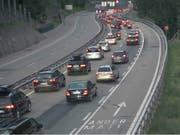Die Autos stauten sich vor dem Gotthard-Nordportal im Kanton Uri am frühen Samstag auf einer Länge von gegen zehn Kilometern. (Bild: Webcam/TCS)