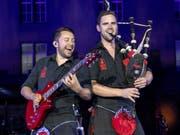 Zählten zu den Höhepunkten am diesjährigen Basel Tattoo: Die Rockmusiker von «The Red Hot Chilli Pipers» aus Schottland. (Bild: KEYSTONE/PATRICK STRAUB)