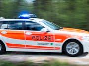 Eine Autofahrerin ist im Kanton St. Gallen mitsamt Auto auf ein Bahntrassee gestürzt. Sie wurde laut Polizei schwer verletzt. (Bild: KEYSTONE/GIAN EHRENZELLER)