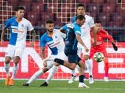 Hier schiesst Adrian Winter gegen die Abwehr der Grasshoppers das 1:0 für den FCZ kurz nach der Pause (Bild: Keystone/ENNIO LEANZA)