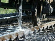 Im Hitzesommer 2003 war es Wasser, heuer ist es Farbe: In Graubünden sollen weiss angestrichene Schienen der Hitze trotzen. (Bild: Keystone/URS FLUEELER)