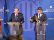 Durchhaltewillen bekräftigt: Carles Puigdemont (rechts) und der katalanische Regionalpräsident vor den Medien in Brüssel. (Bild: KEYSTONE/AP/OLIVIER MATTHYS)