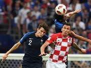Benjamin Pavard (links) in einer Szene aus dem WM-Final. Im Vordergrund der Kroate Mario Mandzukic (Bild: KEYSTONE/EPA/FACUNDO ARRIZABALAGA)