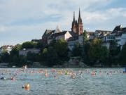 Das Basler Rheinufer - besonders in lauen Sommernächten auch nachts bevölkert. (Bild: KEYSTONE/GEORGIOS KEFALAS)